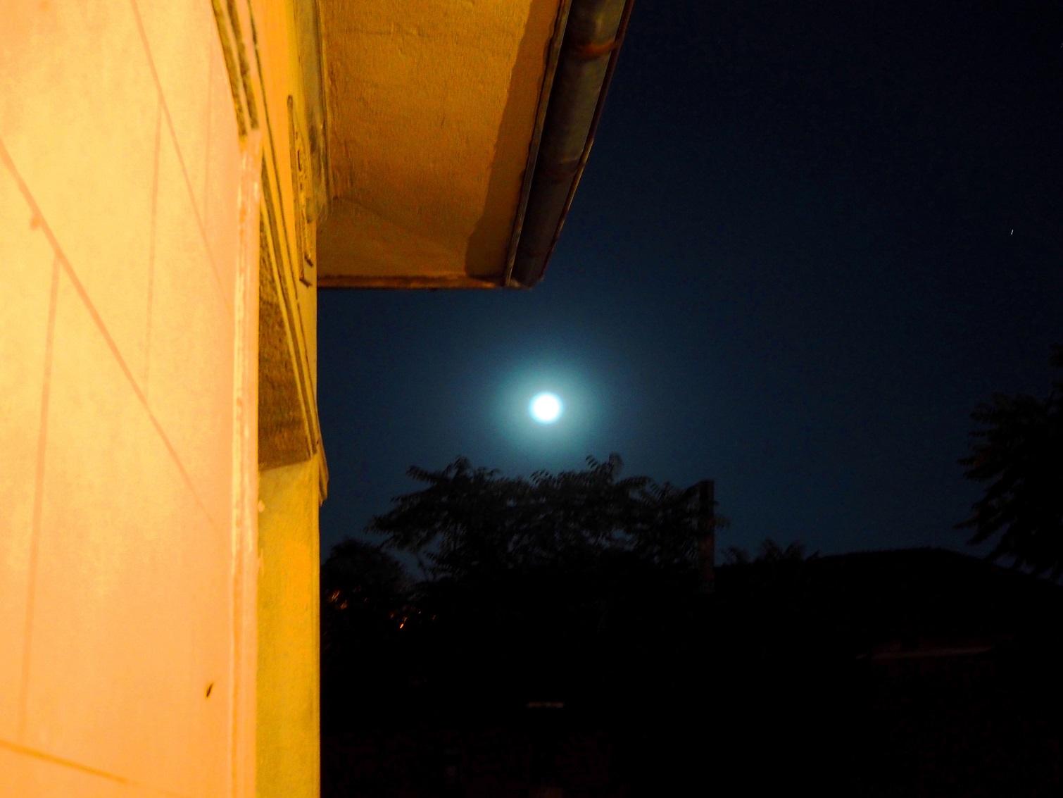 Луна на село