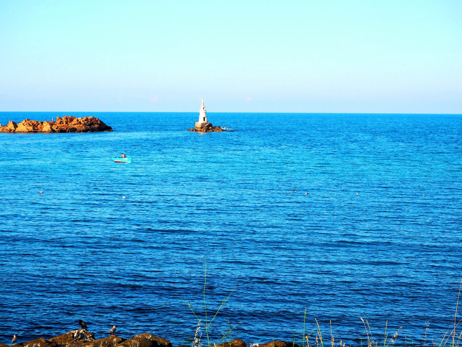 Лазурният бряг в Ахтопол, гледка към фара в морето