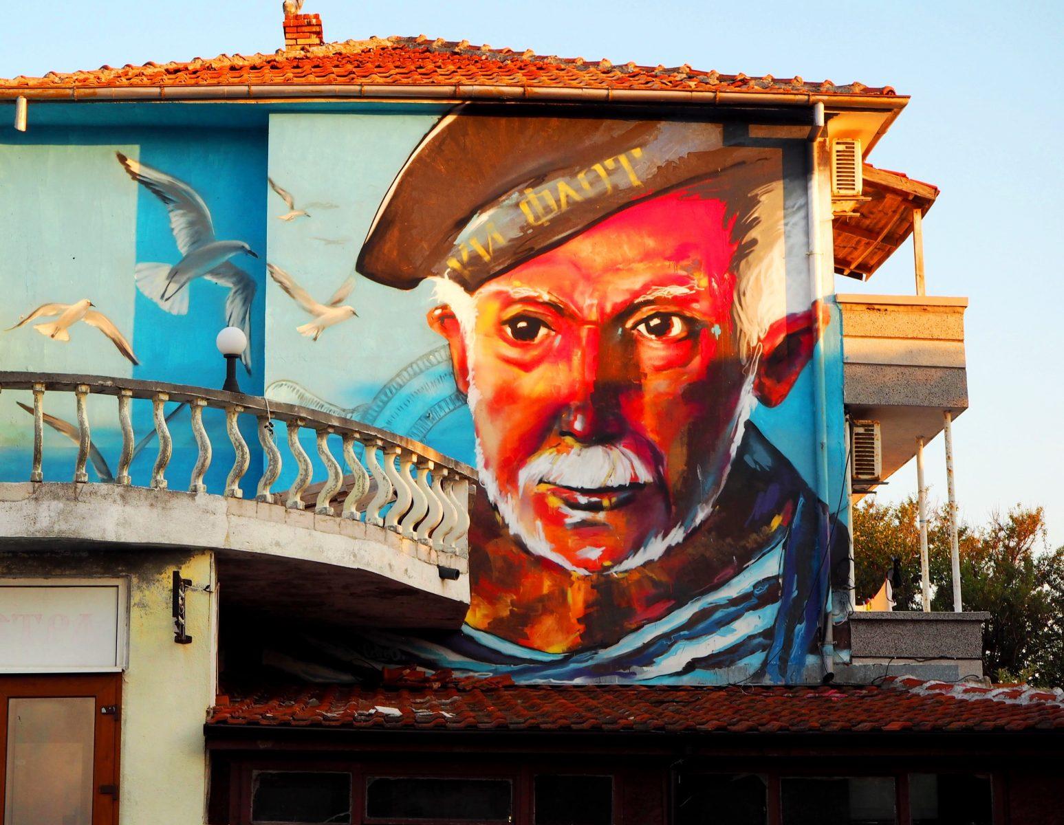 Графити на сграда в Ахтопол