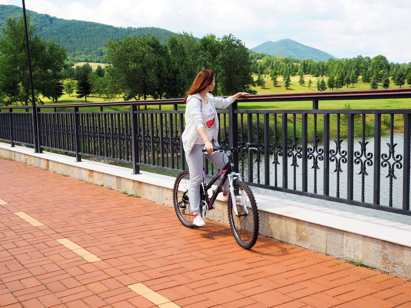 Мостът на езерото в град Правец