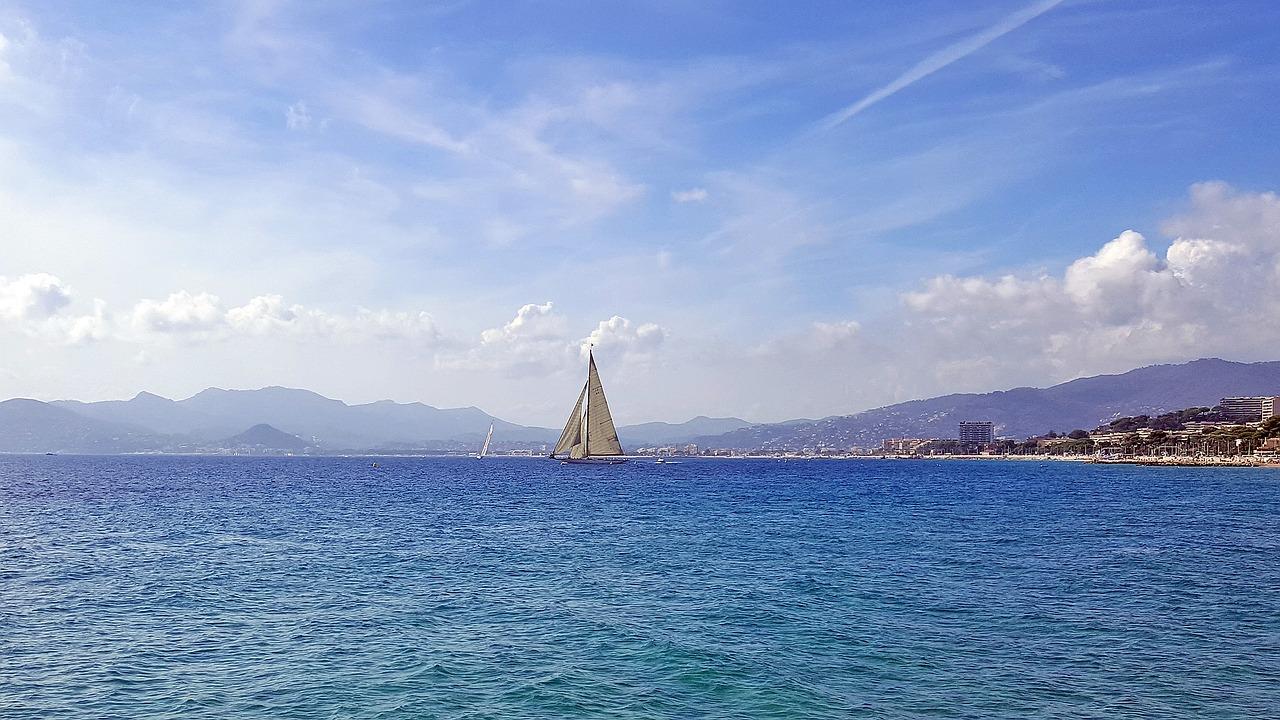 Лазурният бряг, платноходка в морето